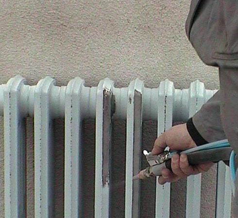 Aerogommeuse COLIBRI pour décaper un radiateur