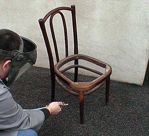 Aerogommage COLIBRI pour poncer une chaise en bois